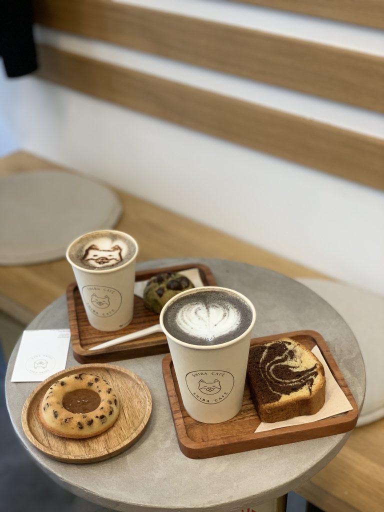 Latte et gâteaux de shiba café
